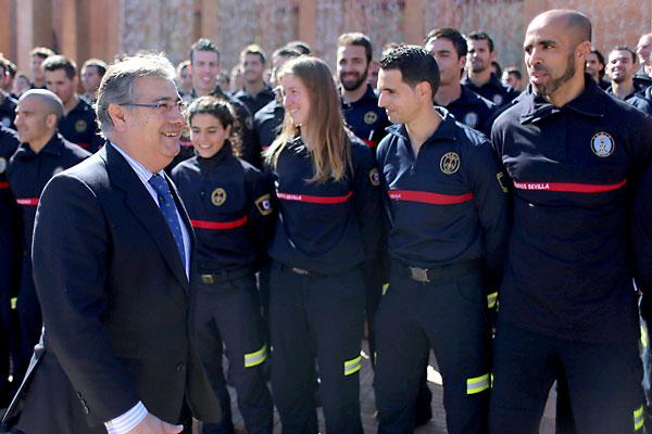 El alcalde pasa ante la formación de nuevos bomberos que se incorporan al cuerpo en el día de hoy.