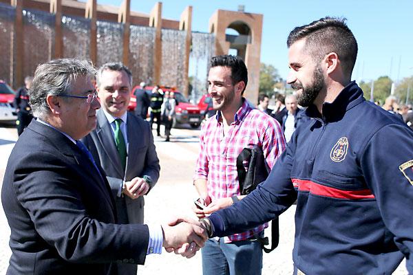 El alcalde Juan Ignacio Zoido saluda a Diego Gómez, bombero y protagonista de la campaña #6minutos.