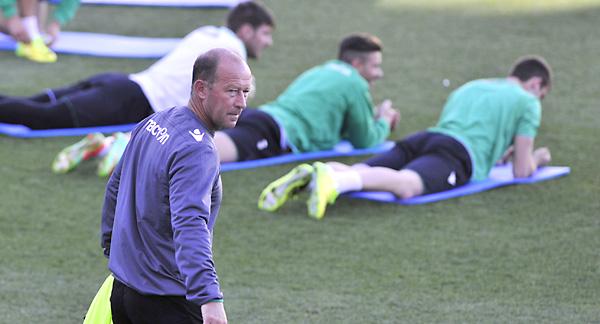 Gaby Calderón pasa junto a Adán durante un entrenamiento.