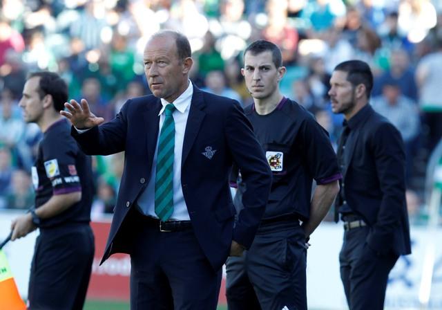 Gaby Calderón da instrucciones con Diego Simeone al fondo / Ramón Navarro