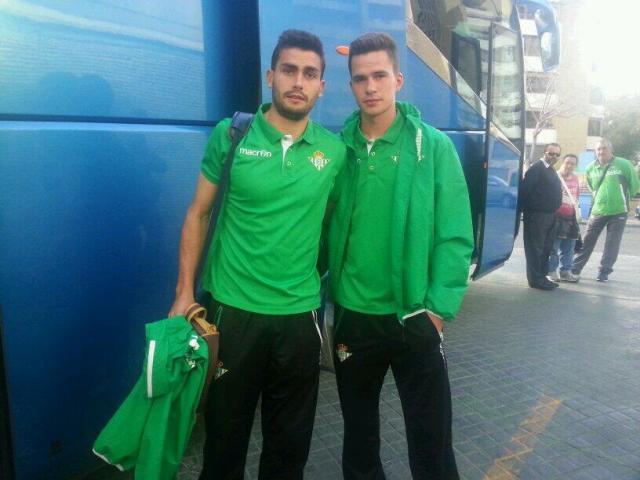 Jesús Pozo y José Carlos, antes de subirse en el autobús camino del aeropuerto / Real Betis