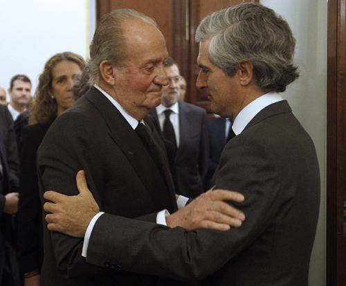 El rey Juan Carlos da el pésame Adolfo Suarez Illana por el fallecimciento de su padre, el expresidente Adolfo Suárez, a la llegada a su capilla ardiente. Foto: EFE