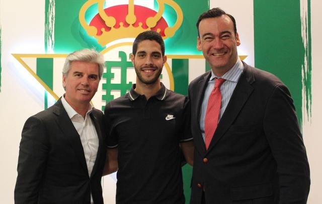 Carlos García posa entre Miguel Guillén y Fernando Casas, este lunes / Real Betis