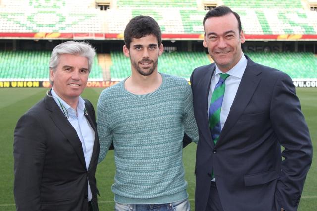 José Antonio Caro posa con Miguel Guillén y Fernando Casas tras firmar su renovación / Real Betis