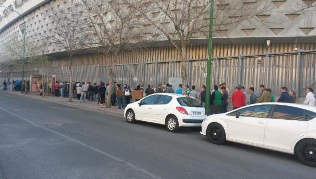 Colas en el estadio Benito Villamarín, este sábado por la mañana / Real Betis