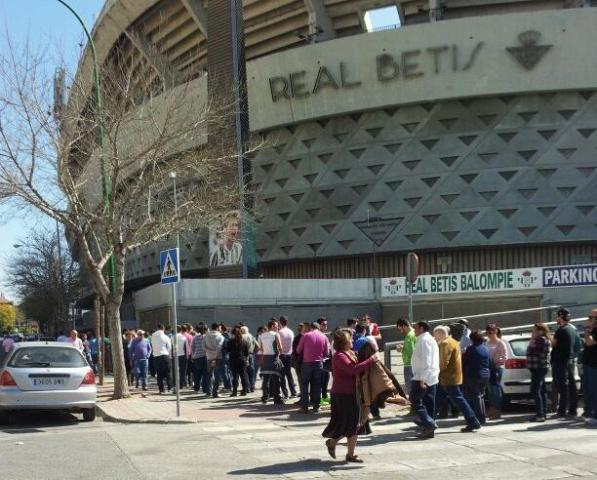 La cola en el Villamarín llegaba a la explanada de Preferencia / @JaviMZapata