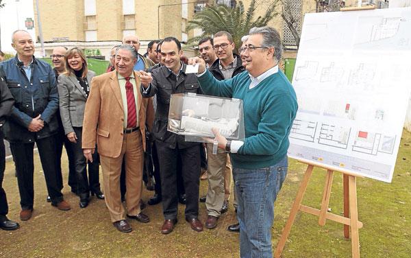 El alcalde durante la colocación de la primera piedra de la comisaría de Bellavista este sábado.