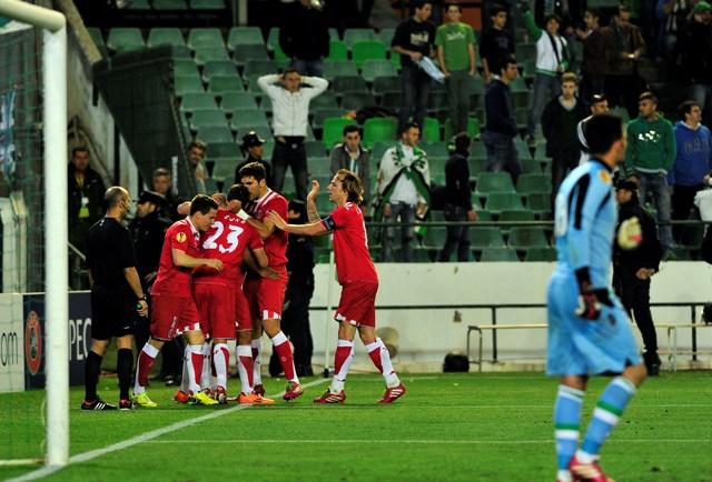 Los jugadores del Sevilla celebran el 0-2 ante la desolación de Adán y los béticos / Kiko Hurtado