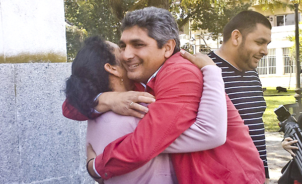 Juan José Cortés abrazando este viernes a su madre en la puerta de la Audiencia Provincial de Huelva, tras conocer la sentencia. / EFE