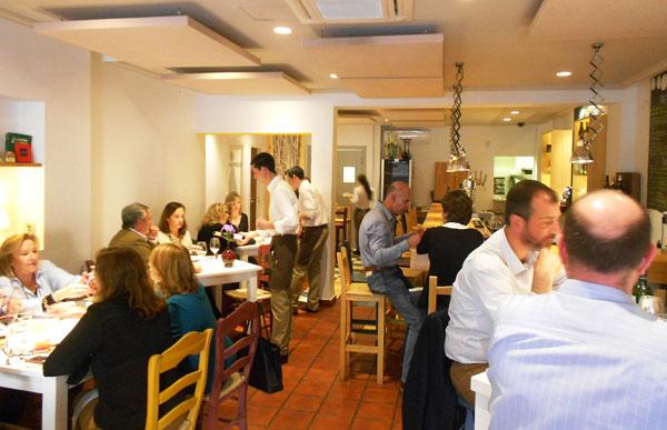 El comedor del restaurante DeÓ vinos y tapas en Los Remedios suele estar bastante concurrido.