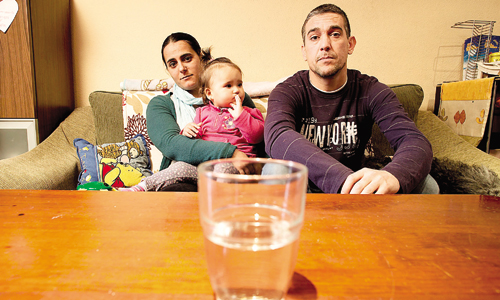 Vanesa Pérez, Abel Hernández y su hija pequeña, en el salón de su casa en Juan XXIII. / Foto: Pepo Herrera
