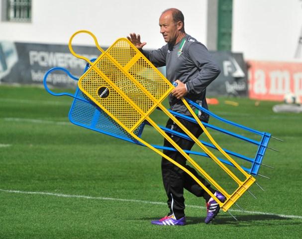 Gaby Calderón lleva dos muñecos de barrera durante el entreno de este viernes / Kiko Hurtado