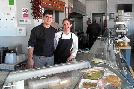 Eduardo Arboleas e Inmaculada Jurado son dos jóvenes emprendedores que han unido sus conocimientos en El Mercado de Enma. / J.C.