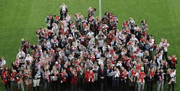 Doscientos jóvenes sevillistas, con el presidente (Foto: SFC)