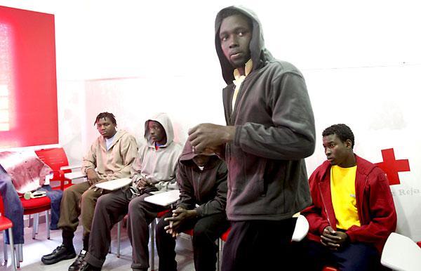Algunos de los inmigrantes subsaharianos rescatados ayer mientras intentaban llegar en patera hasta Gibraltar. / J. Ragel