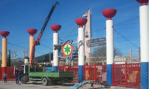 Operarios cambiaban ayer el logotipo que lleva 17 años en el parque. / Foto: Legado Expo