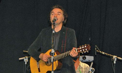 El cantautor cristiano Migueli ofreció un concierto a la hora de la siesta que espabiló a todos.