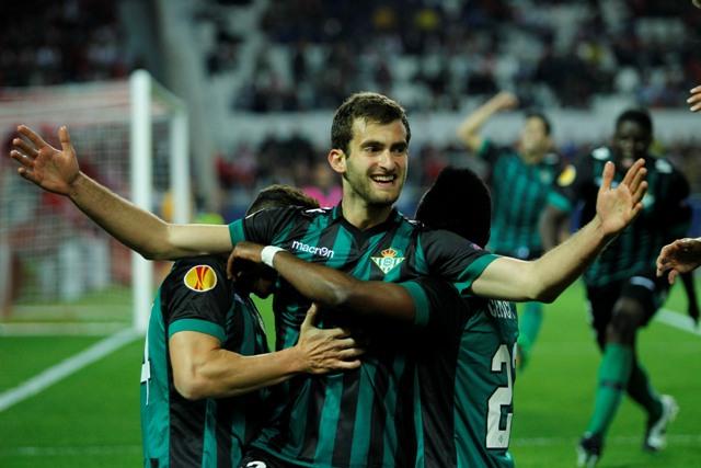 Leo Martínez celebra el 0-1 con Rubén Castro y Cedrick / Ramón Navarro