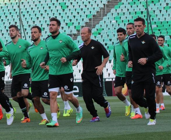 Calderón corre entre varios de sus hombres, este miércoles en el Villamarín / Real Betis