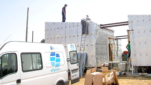 Trabajadores de Efycon participan en el montaje del proyecto Solar Decathlon Europa.