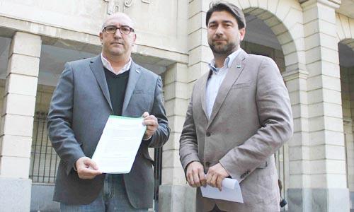 Manuel Visglerio y Alberto Mercado a la puerta del Juzgado de Sevilla con la denuncia.