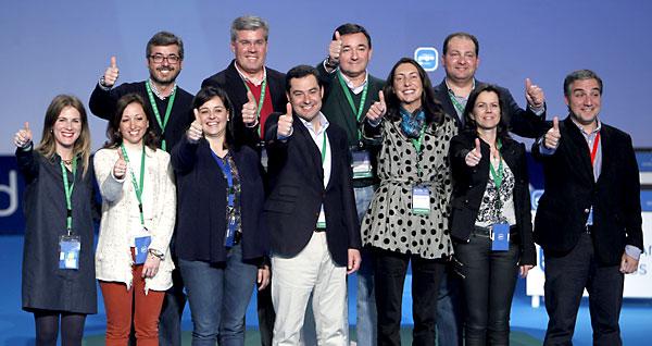 Juan Manuel Moreno posa con los integrantes de su equipo durante la presentación de su candidatura a la presidencia del PP-A ayer en el XIV Congreso Regional del PP andaluz, en Sevilla. / José Manuel Vidal (EFE)