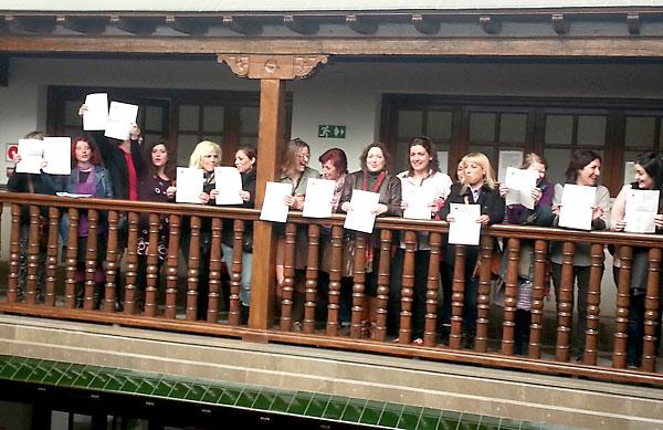 La Secretaría de la Mujer del Partido Comunista de Granada ha organizado una acción para protestar contra la reforma de la Ley del Aborto. / E.P.