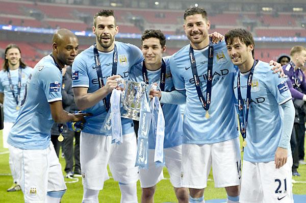 Fernandinho, Alvaro Negredo, Jesus Navas, Javi Garcia y Davis Silva posan con el trofeo. / EFE