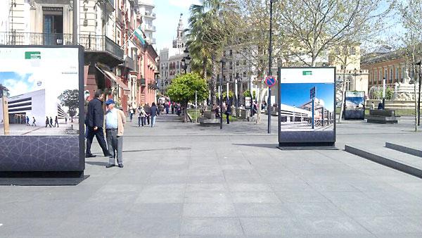 Aspecto que presenta en la Puerta de Jerez la exposición sobre la evolución de los transportes públicos en Sevilla.