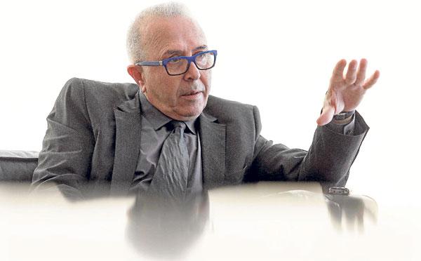 José Sánchez Maldonado, en un momento de la entrevista dando explicaciones al 'modo' catedrático.  / José Luis Montero