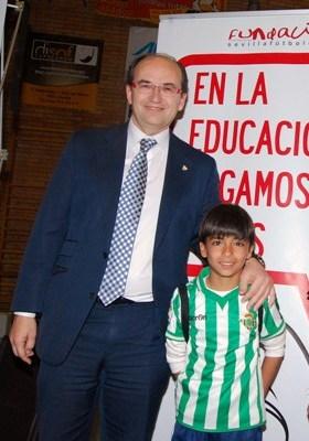 José Castro posa junto al chaval, este jueves en Pilas / Sevilla FC