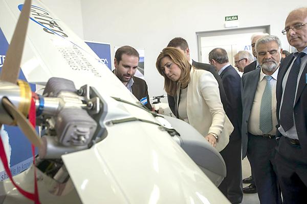La presidenta de la Junta recibe explicaciones sobre un prototipo en el centro de vuelos experimentales ATLAS de Villacarrillo. / EFE