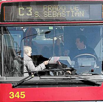Un usuario de Tussam se sube a la línea C-3 ante la atenta mirada del conductor.