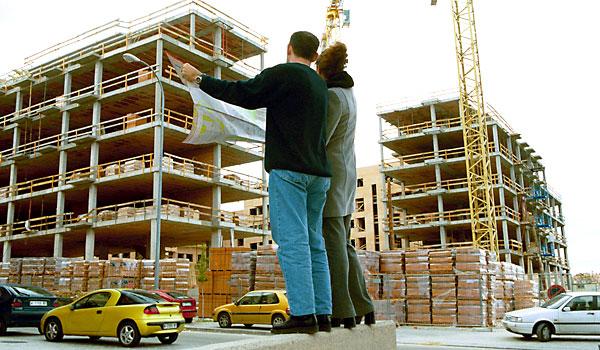Una pareja mira los planos de su vivienda.