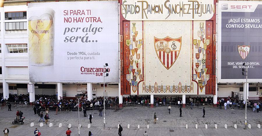 Sevillistas hacen cola para adquirir algunas de las 2.300 entradas, puestas hoy a la venta en las taquillas del Ramón Sánchez Pizjuán para la vuelta de las semifinales de la Liga Europa que disputarán el Valencia y el Sevilla el próximo jueves 1 de mayo en el estadio Mestalla.