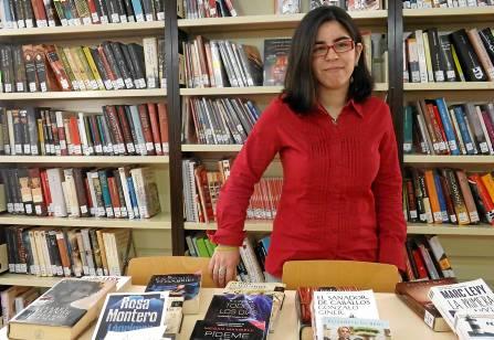 Beatriz Agüera hace prácticas desde hace dos años en la biblioteca de La Algaba. / Alba Poveda