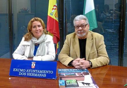 La delegada de Cultura, Rosario Sánchez, y el presidente de 'Ventana Plástica', Curro Díaz. / Helena Peña