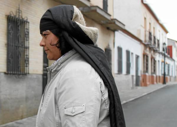 María Jesús Márquez ha recibido también el apoyo de sus vecinos, y de las otras dos hermandades locales: 'de arriba', La Soledad, y 'de abajo', La Vera Cruz . / Juan C. Romero