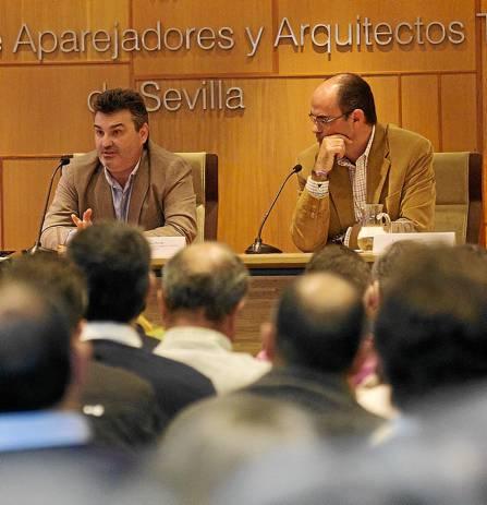 Pedro Sánchez y Daniel Valdivieso, subjefe y jefe del Servicio de Conservación de la Gerencia de Urbanismo, ayer. / Pepo Herrera