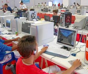 Controlan la tecnología mejor que sus mayores y su futuro laboral es incierto. / EFE