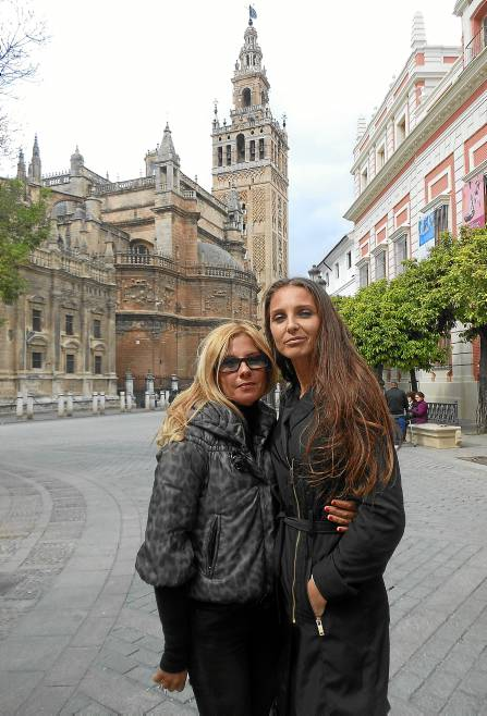 Laura Mesa, esta semana en Sevilla junto con una de sus agentes y amigas, Elena Stosic (a la derecha).