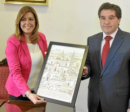 La presidenta de la Junta de Andalucía, Susana Díaz, visitó ayer al alcalde de Estepa, Miguel Fernández. / Raúl Caro (EFE)