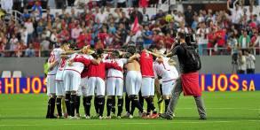 Los jugadores del Sevilla hicieron una piña al final del partido. / Kiko Hurtado