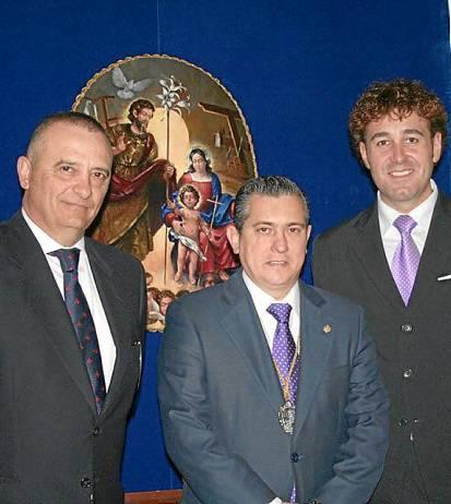 Luis Rizo, Rafael Ramírez y José Antonio Grande de León, ante la gloria del palio de la Virgen de los Dolores.