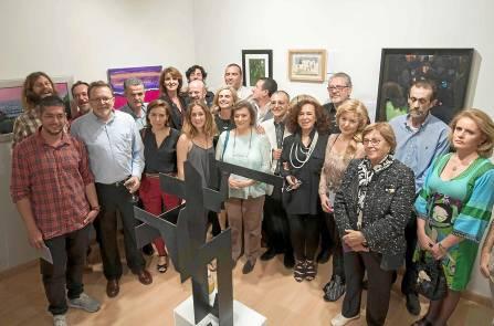 Acto de inauguración de la exposición, con los invitados posando en una 'foto de familia'. / J.M.Paisano