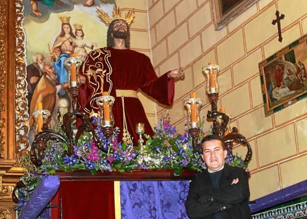 Alejandro Calderón posa junto a Nuestro Padre Jesús de la Oración en el Huerto antes de su tradicional Vía Crucis del Miércoles de Ceniza. / Bernardo Ruiz