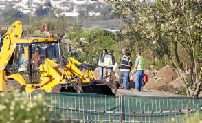 La excavadora en la escombrera donde se sigue buscando. / José Luis Montero