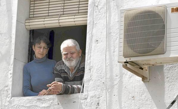 Carmen María Rivero y Juan Martínez, vecinos de la calle Tordo, serán realojados para la reconstrucción de su maltrecho edificio de Los Pajaritos. / J.M.Paisano