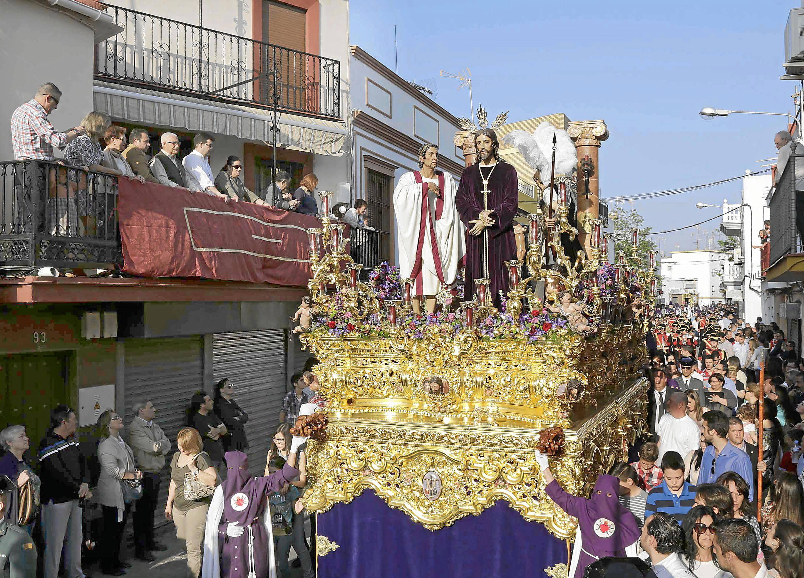 El Cautivo de la Hermandad Torreblanca, ayer transitando las calles del barrio. / José Manuel Montero