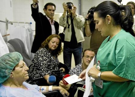 Una mujer operada de cataratas en el hospital Costa del Sol de Marbella recibe una factura informativa. / Jorge Zapata (EFE)